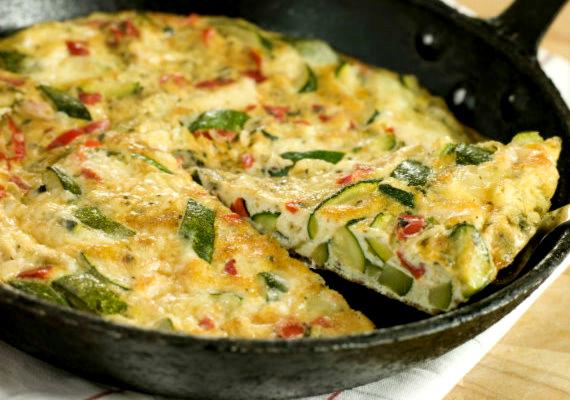 Pirított zöldségek tojással                         Először grillezd meg a zöldségeket, melyeket ízlésednek megfelelően fűszerezhetsz is, majd öntsd rá a felvert tojást. Akár frittataként, akár rántottaként készíted, finom, könnyű és laktató fogást kapsz.