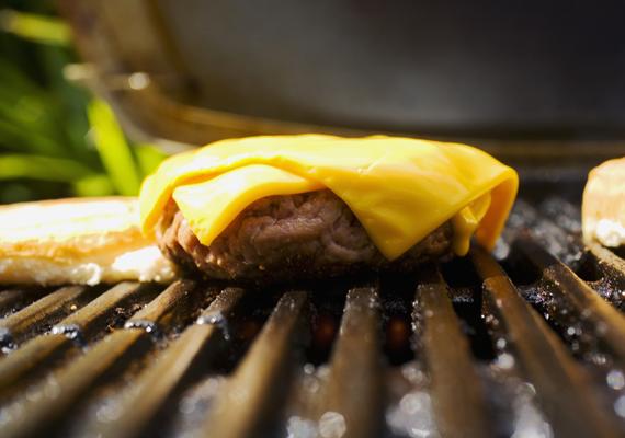 Sajtos hamburger zsömle nélkül                         Süsd meg a húspogácsát, olvassz rá sajtszeletet, és tálald salátával, mustárral és ketchuppal. Ha otthon saját kezűleg készítenéd a húspogácsát, akkor készítsd el jó előre, a mélyhűtőben is remekül eláll. A lényeg, hogy amikor megéhezel, már csak sütni kelljen.