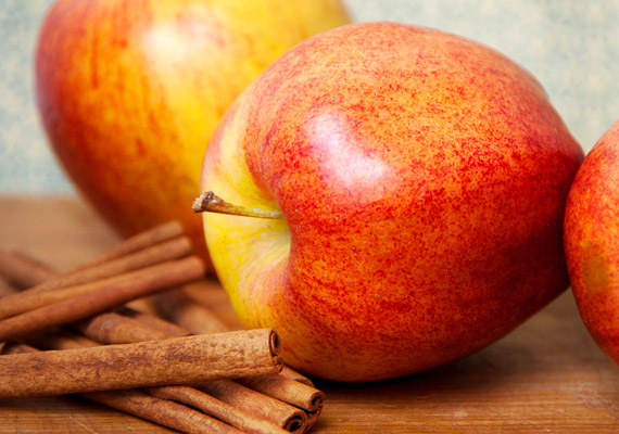 Az alma-fahéj kombináció nem pusztán karácsonyi csemege. Egy közepes alma szénhidráttartalma 10 gramm. Ha egy könnyű reggelire vágysz, reszelj le egy almát - mely pektintartalmából adódóan kiegyensúlyozottá teszi az emésztést -, és szórd meg az inzulintermelést pozitívan befolyásoló fahéjjal.