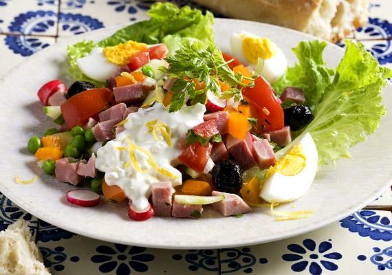Bármilyen vegyes zöldsaláta egy főtt tojással ideális reggeli lehet. A rostban és vitaminban gazdag zöldségek beindítják az anyagcserét, a tojás pedig energiát ad. 100 g vegyes saláta körülbelül 6 g szénhidrátot tartalmaz, a tojás szénhidrátmennyisége pedig elenyésző.
