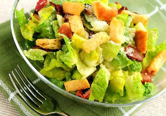 Cézár-saláta - hasonlóan a göröghöz - szinte bármelyik étteremben kapható. A friss zöldség a sült csirkemellel és a kenyérkockákkal teljes fogás, melyet főételnek fogyaszthatsz a diéta alatt. Kattints a receptért!