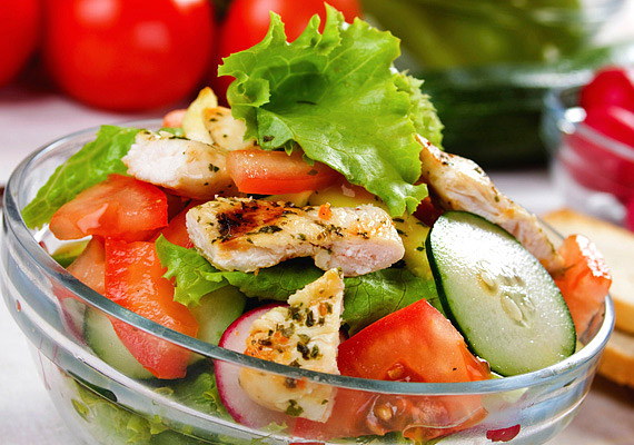 Nem kell, hogy a saláta csak és kizárólag zöldségekből álljon: egy kevés grillezett hússal megbolondítva akár laktató - mégis diétás - főfogást varázsolhatsz belőle. Kattints ide a receptért!