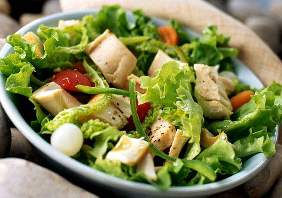 A tonhalsaláta előnye a húsmentes salátákhoz képest, hogy órákra elegendő energiát ad a benne lévő fehérjedús, ám zsírszegény halnak köszönhetően. Öntetnek kefirt vagy citromlevet használj, így biztosan nem kell aggódnod a pluszkilók miatt. Kattints a receptért!