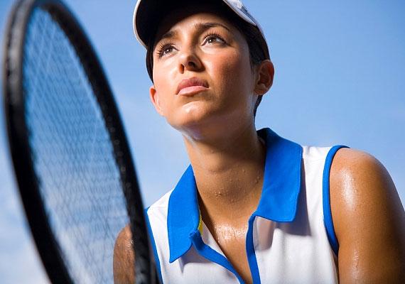 Bár a tenisz kicsit bonyodalmasabb műfaj, mint a futás vagy a biciklizés, érdemes kipróbálni, ha kedveled a párban végezhető sportokat. Fél óra intenzív teniszezéssel több mint 200 kalóriát égethetsz el, ráadásul remekül formálja a lábakat és a karokat.