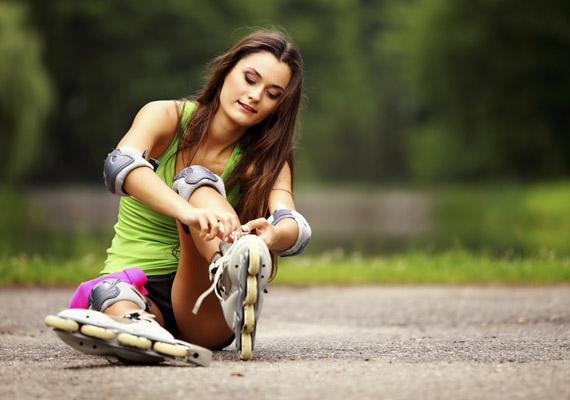 A görkorcsolyázás a tinik sportja - gondolják sokan. Ha azonban kedveled ezt a mozgásformát, ne hagyd, hogy a korod elvegye tőle a kedved. Remekül formálja a feneket és a lábakat, fél óra alatt görkorcsolyázással pedig akár 300 kalóriát is elégethetsz.