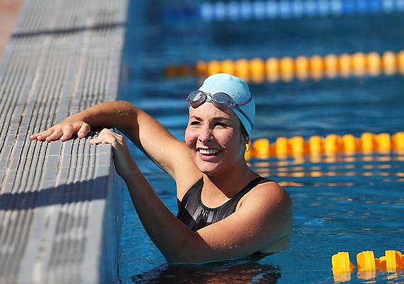 A tavasz beköszöntével sok uszodában már a kinti medencék is megnyílnak. A finoman simogató napsütésben úszva fél óra alatt még könnyed tempóban is több mint 200 kalóriát égetsz el. Gyors úszással pedig akár 350 kalória energiát is felhasznál a szervezeted.