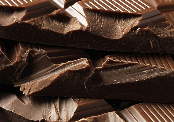 Csokoládé ritkán kap helyet ilyen listákon, de a magas, legalább 70%-os kakaó szárazanyag-tartalmú étcsokival más a helyzet. Magas antioxidáns-tartalma csökkenti a szív- és érrendszeri betegségek kockázatát, illetve a téli szürkeségben jó szolgálatot tesz az édesség utáni sóvárgás ellen: már két kocka tömény étcsoki is elviszi az édesség utáni vágyat, valamint csökkenti az éhségérzetet! A legfontosabb a mértékletesség: napi egy-két közepes kocka étcsoki nemhogy nem hizlal, de kímélő étrend mellett még a fogyást is segíti. Egészségügyi hatásairól ide kattintva olvashatsz.