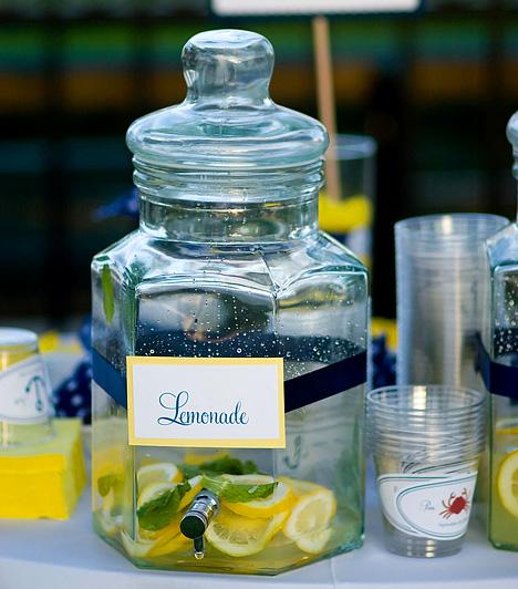 Limonádé  A limonádét nemcsak nyári hűsítőként ihatod - ha az étkezések előtt elfogyasztasz egy pohárral, egy kiadós löketet adhatsz emésztésednek, veséid működésének fokozásával pedig a vizesedést is megszüntetheted. A citrom magas C-vitamin-tartalma mindemellett immunrendszeredet is erősíti.  Kapcsolódó cikk: Egy hét alatt 2 kilót fogyhatsz a citromdiétával »