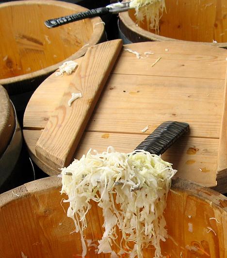 Savanyú káposzta  A savanyú káposzta leve tejsavbaktériumokat és rostokat tartalmaz, minek köszönhetően felturbózza emésztésedet. Segítségével helyreállíthatod megviselt bélflórád egyensúlyát is, illetve megerősítheted immunrendszeredet magas C-vitamin- és cinktartalma révén.  Kapcsolódó cikk: 3 kiló mínusz savanyú káposztával »