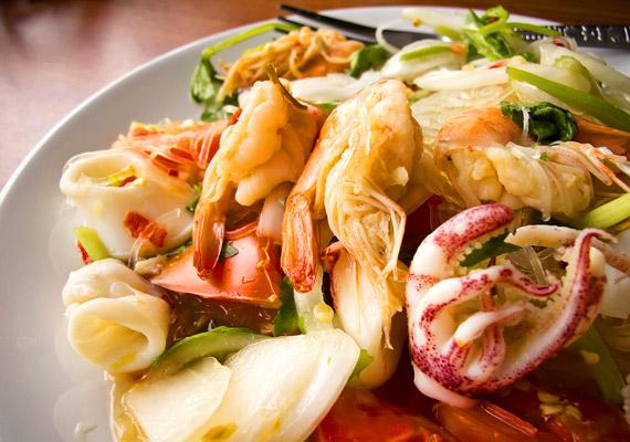 Thaiföldön az ország földrajzi elhelyezkedéséből adódóan sok halat és tengeri gyümölcseit fogyasztanak. Vizsgálatok szerint az omega-3 zsírsavakban gazdag tengeri állatok rendszeres fogyasztása segíti a fogyást. Kattints korábbi cikkünkre!