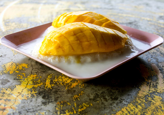 A desszert szó hallatán a thai nőknek nem egy nagy szelet torta jut eszükben, hanem például egy kis darab, rizságyon. Nemcsak a desszertre, de általában minden fogásra jellemző az apró méret. A thai emberek soha nem eszik magukat degeszre, nem terhelik meg az emésztőrendszerüket.