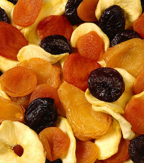Aszalt gyümölcsökAz aszalt gyümölcsök a legkedveltebb egészséges nassolnivalók közé tartoznak. Ha ellenállhatatlan késztetést érzel a csipegetésre, választ az aszalt szilvát, mellyel emésztésed működését is segítheted, vagy alacsony zsírtartalmú alma- vagy banán chips-et.Kapcsolódó cikk:5 módszer, ami beindítja az emésztést »