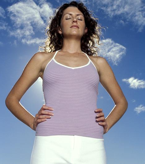 LégzőgyakorlatMinél nagyobb rajtad a nyomás, annál kisebb lesz az esélye annak, hogy jóllakottnak érezd magad. A stressz ellen a rendszeresen végzett légzőgyakorlatok is segítséget jelenthetnek. Keress egy nyugodt helyet, majd lélegezz ki és be ötig-ötig számolva, öt percen keresztül.