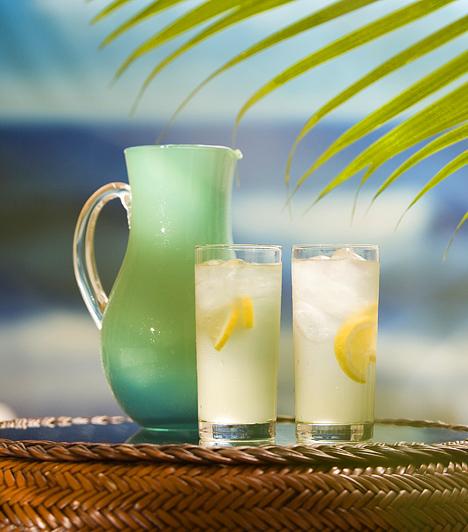 FolyadékHa hirtelen tör rád az éhség, könnyen lehet, hogy valójában csak a szomjúságérzet jelenik meg ilyen formában, így első lépésként igyál egy pohár vizet. A legjobb, ha ezt minden két órában megteszed, a napi legalább két liter folyadék biztosításával pedig anyagcseréd egészségéhez is hozzájárulsz. Az éhséget a citromos víz is képes csillapítani.