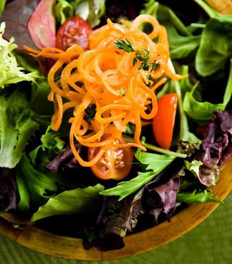 RostokHa a nap folyamán rostban gazdag táplálékokat fogyaszthatsz, jóval kisebb lesz az éhségérzet kialakulásának kockázata, a rostok ugyanis kellő folyadékmennyiség jelenlétében megduzzadnak, és kitöltik a bélrendszert. Válaszd a nyers zöldségeket és gyümölcsöket, valamint fogyassz teljes kiőrlésű gabonából készült ételeket.Kapcsolódó cikk:Salaktalanító rostdiéta »
