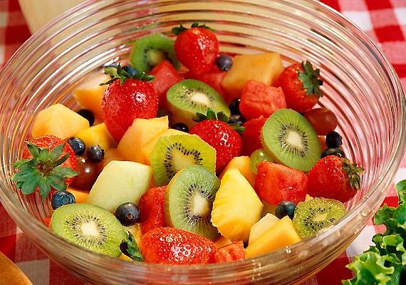 A gyümölcssaláta ideális diétás vacsora, nem csak a benne lévő vitaminok és rostok miatt. Gyümölcssav-tartalmának köszönhetően serkenti az emésztést, így gyorsítja anyagcserédet is.