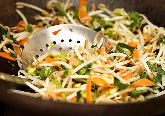 A hagyományos serpenyőkhöz képest a wokban készült ételekhez kevesebb zsiradékra van szükség. A wokban sült zöldség tehát ideális diétás vacsora lehet.
