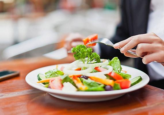 A fogyókúrának nem szabad a koplalásról szólnia. A rendszeres étkezés fontos része a diétának, hiszen az éhezés hatására lelassul az anyagcseréd, ami nem használ a súlyvesztésnek.