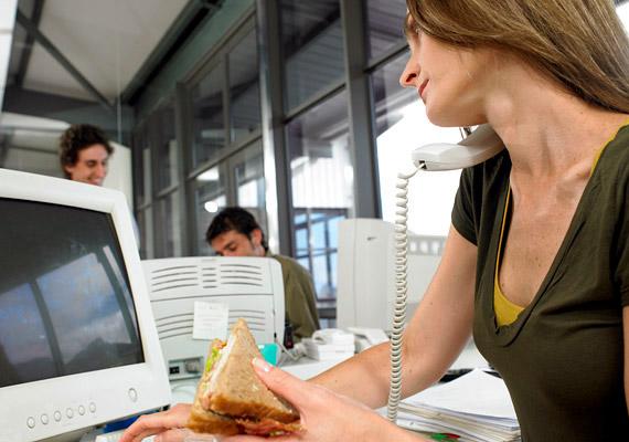 Nem érted, mitől hízol, amikor alig eszel valamit, munkaidőben sem ebédelsz, csak bekapsz egy szendvicset az asztalodnál? A túlsúly hátterében sok esetben az apró szendvicsek, a rendszertelen táplálkozás áll.