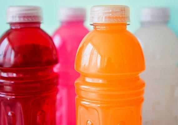 Ne ess bele abba a csapdába, hogy fogyókúra alatt csak az ételekre figyelsz, miközben mindennap fogyasztasz cukros üdítőket. Tudj meg többet ezeknek az italoknak a veszélyeiről!