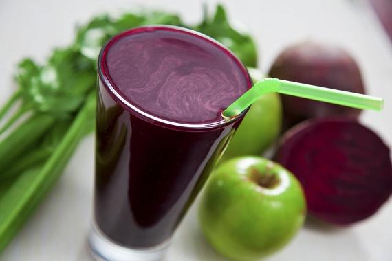 Egy főtt céklából és két almából éppen egy pohár turmixot készíthetsz magadnak reggelire, azonban ezzel még nem teljes a vitaminkoktél! Az italhoz jól illik ízben a gyömbér, mely segít helyrezökkenteni az emésztésed, nyugtatja a gyomrod és laktatóvá teszi a smoothie-t. A cékla emellett rengeteg vasat tartalmaz, így különösen ajánlott vérszegénység esetén fogyasztani.