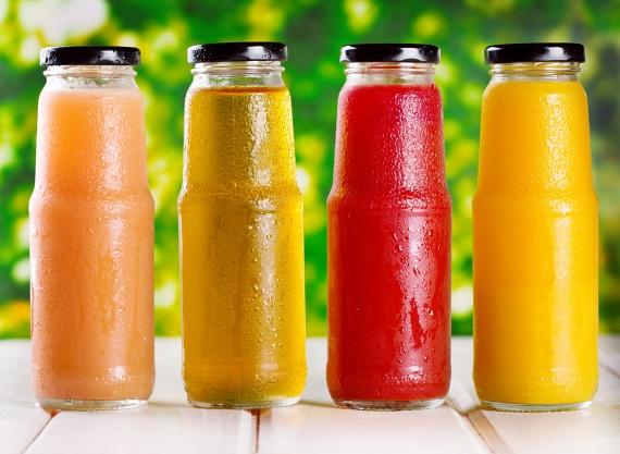 Noha a 100%-os gyümölcslevek esetében jogosan gondolhatnád, hogy azok csakis a gyümölcsök egészséges levét tartalmazzák, valójában legtöbbjük sűrítményből készül, és minden fél literben 33-49 gramm cukrot tartalmaz.
