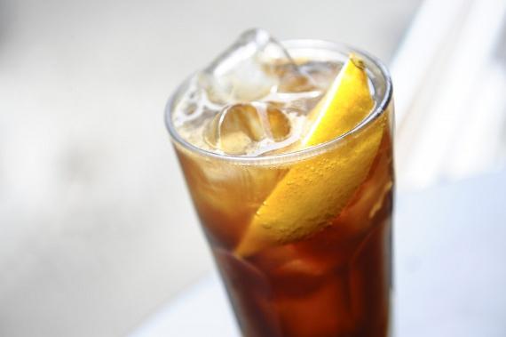 A fogyókúrában a zöld és a fekete tea is nagyon sokat segíthet, ám nem akkor, ha a bolti, palackozott változatot választod. Átlagosan ezekben az italokban félliterenként 50 gramm cukor van.