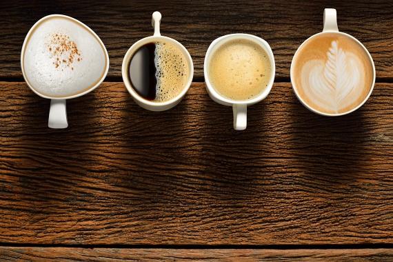 Bánj óvatosan az olyan, éttermekben vagy boltokban előre csomagolva kapható meleg italokkal is, amelyekbe nem te magad teszed bele a cukrot. Egy kapucsínóban akár 80 gramm cukor is lehet, míg egy lattéban 82, egy shake-ben pedig akár döbbenetes 120. A menő amerikai kávézóláncokban kapható habos csodákban sokszor egy ebéd kalóriatartalma van.