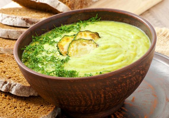 A cukkinikrém nemcsak egészséges, de rostban gazdag és kalóriaszegény is: 100 grammban körülbelül 60 kalória van. Kiváló vacsora lehet teljes kiőrlésű pirítósra kenve. Kattints ide egy jó receptért!