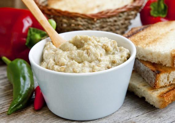 A padlizsán az elmúlt években mind népszerűbb szendvicskrém lett. Nem véletlen, hiszen 100 gramm belőle mindössze 80 kalória - ha nem teszel bele majonézt -, ugyanakkor laktató és megunhatatlan. Tessék, egy egyszerű recept!