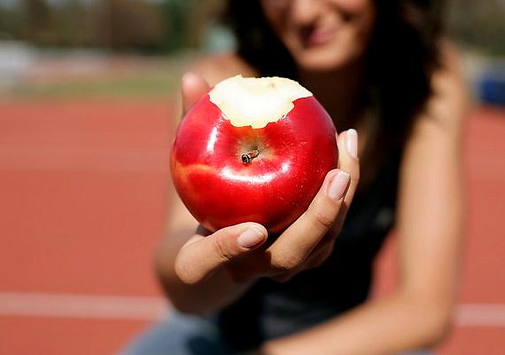 Fogyassz el egy almát almalé helyett, egy fürt szőlőt mazsola helyett. Válaszd a táplálékoknak azt a formáját, melyek fizikailag több helyet foglalnak el a gyomrodban, vagyis laktatóbbak.