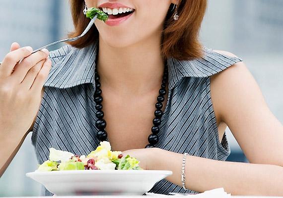 Kezdd a főétkezést egy adag öntet nélküli salátával vagy egy könnyű levessel. Így kevesebb hely jut a hizlalóbb fogásoknak.