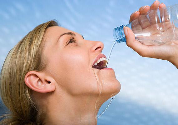 A nyári melegben rendkívül fontos a napi 2,5-3 liter folyadék elfogyasztása. Ha pedig egy-egy pohár vizet étkezés előtt iszol meg, kevesebbet tudsz majd enni, és megkönnyíted az emésztést is.