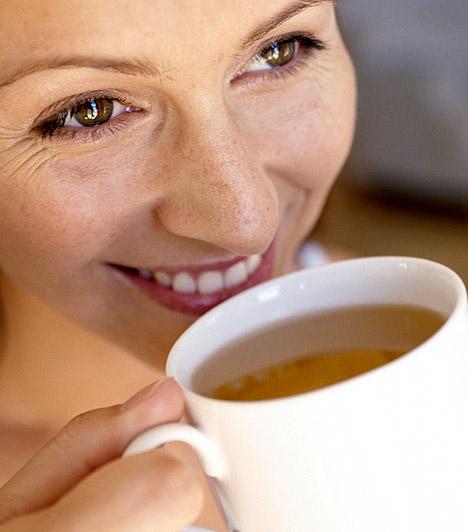 Vízhajtás  A sejtekben megrekedt folyadék nemcsak jelentős túlsúlyban mérhető, de, mivel jellemzően a combok, a fenék, a csípő és a has tájékán rakódik le, éppen a legkényesebb területeken okozhat plusz centiket. Vízhajtó kúrákkal, teákkal és káliumtartalmú zöldségekkel és gyümölcsökkel azonban gyorsan kiürítheted a felhalmozódott vizet, így a plusz kilóktól is megszabadulhatsz.  Kapcsolódó cikk: 7 bevált vízhajtó táplálék »