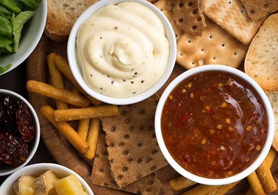 Ketchup, mustár, majonéz - sóban és cukorban ezek az élelmiszerek is bővelkednek, a ketchupból pedig nem maradhatnak ki a mesterséges színezékek, ízfokozók sem. Durva anyagcsere-blokkoló hatásuk van, és rendszeresen fogyasztva sok zsírpárnát pakolnak az emberre.