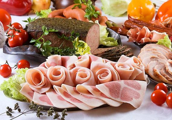 A húskészítmények, felvágottak ugyancsak szerepelnek a magas sótartalmú táplálékok hosszú listáján. Fogyasztásukat érdemes tehát korlátoznod, ha hajlamos vagy a vízvisszatartásra.