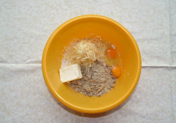 A zabpehely, illetve az olajos magvak kicsit több mint felét daráld le, az almát hámozd meg és reszeld le. Add hozzájuk a két tojást és a teavajat.
