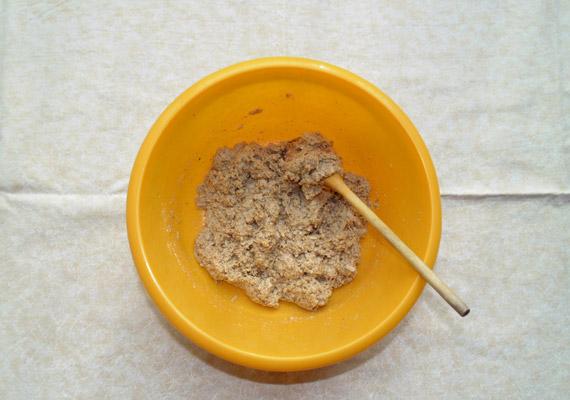 Az előbbi összetevőket keverd össze alaposan: ebből lesz a tészta - lisztmentesen.