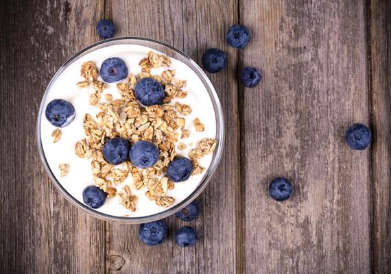 A zabpehely valószínűleg legismertebb és legegyszerűbb felhasználási formája, hogy natúr joghurthoz adsz belőle pár kanállal. Hogy vonzóbb legyen ez az alternatíva, adj még hozzá bármilyen idénygyümölcsöt, amely cukor helyett édesíti, ugyanakkor vitaminokkal turbózza fel. A joghurt fogyást segítő hatásáról korábbi cikkünkben olvashatsz.