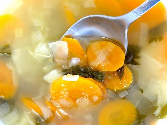 Nem csak a klasszikus leveszöldségeket lehet bőséggel tenni a levesekbe, hogy azok laktatóak legyenek. Néhány levél káposzta vagy némi kockára vágott karfiol, karalábé, esetleg tök szinte minden levesben elfér, akár tészta helyett is. Ha pedig a sűrítésről van szó, nemcsak a szokványos liszttel vagy tejszínnel próbálkozhatsz, de akár reszelt cukkinival és házi paradicsompürével is. Ilyen módon rengeteg plusz C-vitaminhoz és rosthoz, de kevesebb szénhidráthoz jut a szervezeted.