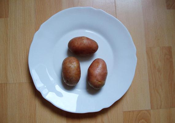 Körülbelül 150 gramm krumpli tartalmaz 100 kalóriát. Ahogy a képen is láthatod, ez nagyjából három közepes méretű burgonya.