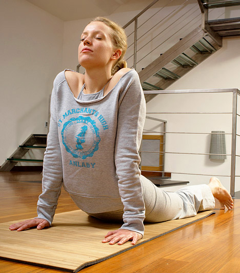 Jóga  A keleti mozgásforma nem csak a lelket nyugatja meg, de a testre is jó hatással van. Ma már számos irányzatot követhetsz a Hatha jógától kezdve az Ashtangán át egészen a Bikram jógáig - ez utóbbi remek zsírégető hatású.  Kapcsolódó szakértő: Diószegi Ádám - jógaoktató