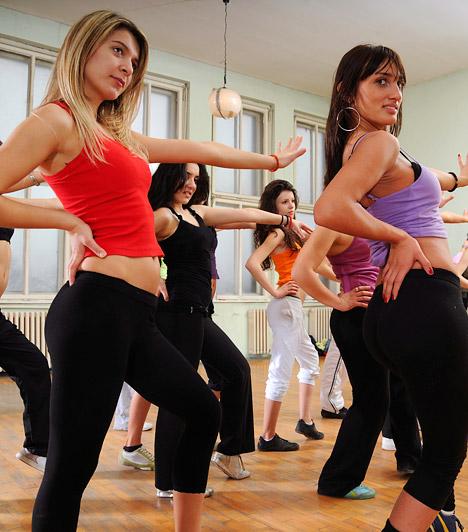 Zumba  Az energikusságot és kitartást igénylő táncos mozgásforma néhány év alatt meghódította a világot. 2010-ben került fel a Fitnesz Trendek Globális Felmérésének listájára, és 2012-ben már a hetedik helyen végzett.  Kapcsolódó cikk: A leghatékonyabb zsírégető edzések - Szerintünk »