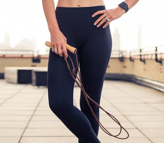 Mérsékelt intenzitású ugrókötelezéssel - 100-120 ugrással egy perc alatt - 13 kalóriát égetsz el. Ráadásul több izomcsoportot mozgatsz át, mint a kocogással, és az egyensúlyérzéked is hatékonyabban fejlődik.