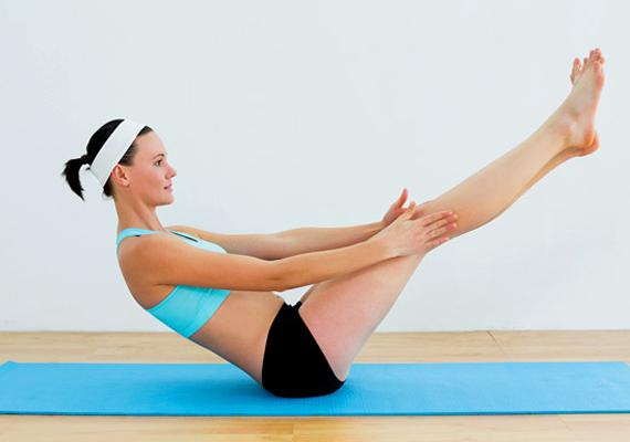 A hasi zsír egyik nagy ellensége a lebegőülés, akár végzed a gyakorlatot, akár csak belehelyezkedsz 20-30 másodpercre a pozícióba. A has első és oldalsó izmait, illetve a mélyizmokat is megdolgoztatod vele.