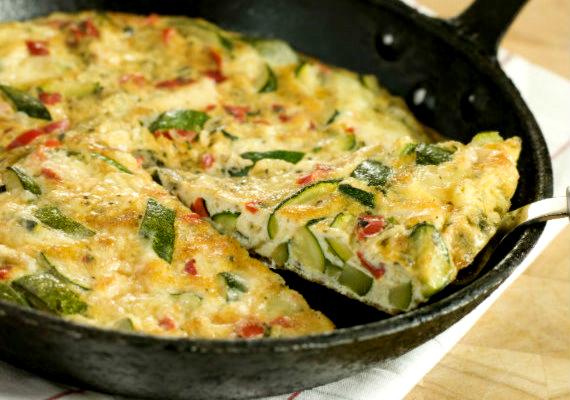 Omlett                          A tojás remek fehérjeforrás, mivel teljes egészében fel tud szívódni, támogatva ezzel az izomépítést, ugyanakkor a zsírok felszívódását megakadályozza. Ha zöldségekkel fogyasztod, akkor még rostban gazdag is lesz a reggelid, ami tovább fokozza a zsírégető hatást.