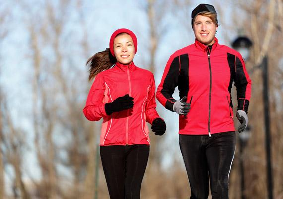 A futásról télen sem kell lemondanod, de fontos, hogy megfelelően bemelegíts, illetve a ruházatod alkalmazkodjon a körülményekhez. Félórányi közepes tempójú futással 400 kalóriát égetsz el. Kattints, és tudd meg, milyen óvintézkedések kellenek a téli futáshoz.