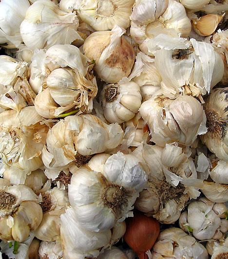 FokhagymaA legtöbb húsételhez, tésztákhoz és levesekhez is használhatod. Értékes összetevői révén erőteljes fertőtlenítő hatással rendelkezik, emellett salaktalanít, és serkenti az emésztést.