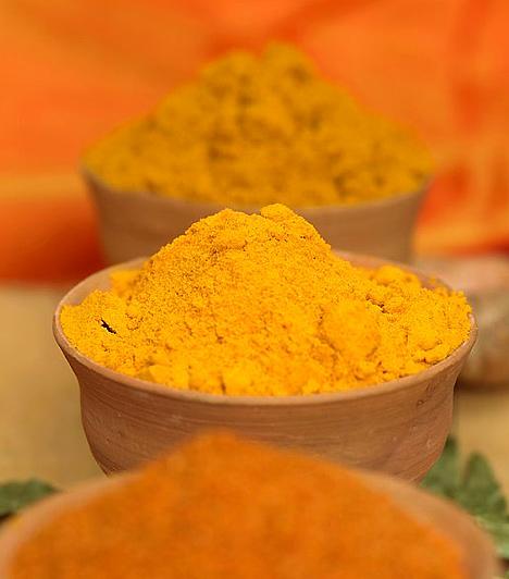 KurkumaA Dél-Ázsiából származó narancssárga, por formájában használt kurkuma kiváló emésztésserkentő hatással rendelkezik. Emellett erősíti az epehólyagot, és serkenti a zsíranyagcserét. Salátákat, leveseket és húsételeket is különlegessé tehetsz vele.Kapcsolódó cikk:Ezzel a 4 fűszerrel fogyhatsz a leggyorsabban! »