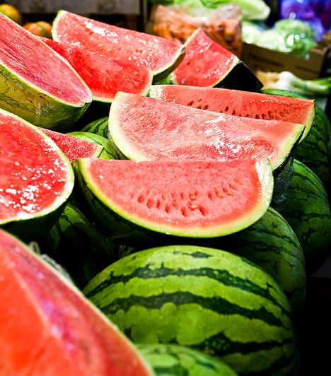 DinnyeA dinnye az egyik legínycsiklandóbb nyári gyümölcs, mely magas víztartalma miatt hatékonyan elősegíti a méregtelenítést. Tartalmaz vasat, kalciumot, fluort, káliumot, ezen felül többféle B-vitamint és C-vitamint, amelyek mind hozzájárulnak zsírégető folyamataid felgyorsulásához.